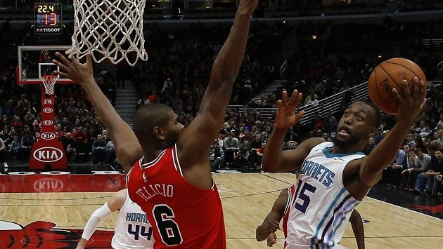 Hvězda basketbalového Charlotte Kemba Walker se prosazuje přes Christiana Felicia z Chicaga, v utkání nastřílel Walker 47 bodů.