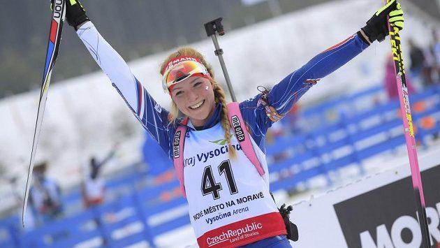 Markéta Davidová se raduje ze zisku titulu mistryně Evropy juniorů v biatlonu.