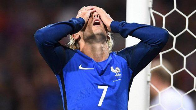 Typické gesto francouzských fotbalistů během zápasu s Lucemburskem. Na snímku Antoine Griezmann.