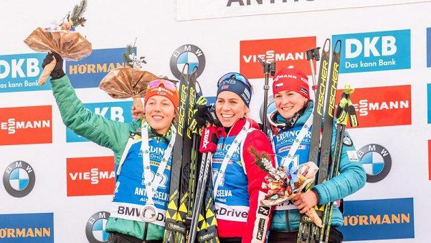 Stupně vítězů po sprintu v Anterselvě. Zleva stříbrná Němka Dahlmeierová, uprostřed zlatá Eckhoffová z Norska a vpravo bronzová Veronika Vítková.