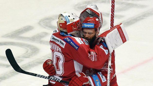 Hráči Třince brankář Šimon Hrubec a útočník Martin Růžička se radují z vítězství nad Spartou.