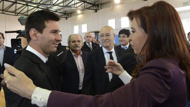 Argentinská prezidentka Cristina Fernandezová se zdraví s Lionelem Messim.