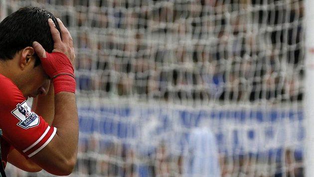 Liverpoolský Luis Suárez s hlavou v dlaních po neproměněné šanci v derby s Evertonem.