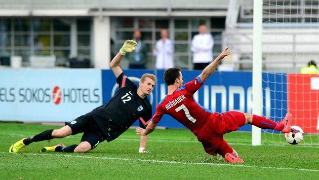 Josef Hušbauer ve skluzu doráží míč do sítě finského brankáře Lukáše Hrádeckého.