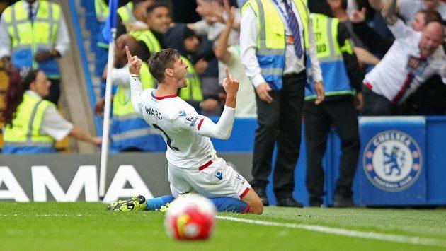 Joel Ward z Crystalu Palace se raduje z gólu na hřišti Chelsea.