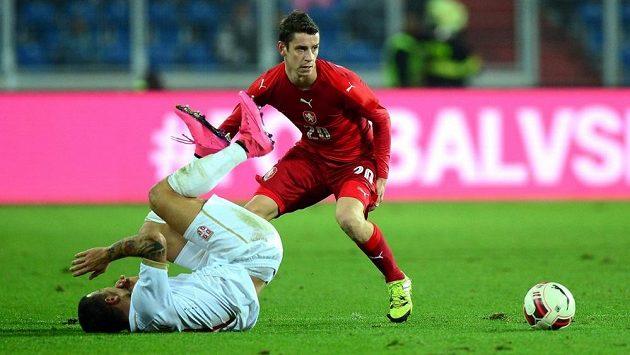 Český reprezentační záložník Ondřej Zahustel (v červeném) v souboji s jedním ze srbských hráčů během přípravného zápasu.