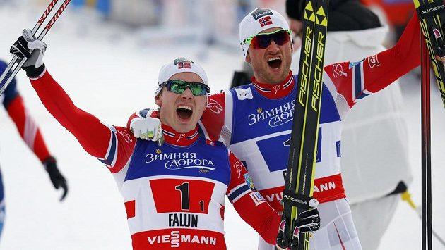 Norští lyžaři Haagen Krogh (vlevo) a Petter Northug se radují z triumfu ve sprintu dvojic na MS ve švédském Falunu.