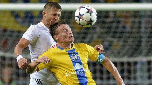 Vitalij Radzionau (ve žlutém) z BATE Borisov v hlavičkovém souboji s Aleksandarem Jovanovičem z Debrecínu.