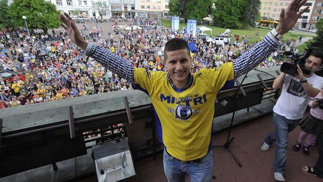 Zlínský brankář Libor Kašík slaví na radnici extraligový titul.