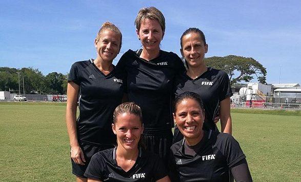 Pětice rozhodčích, v čele s Janou Adámkovou (uprostřed nahoře) budou řídit finále mistrovství světa žen do 20 let. Vlevo nahoře pomezní Angela Kiriakouová, vpravo nahoře pomezní Biljana Atanasovskiová, vlevo dole náhradní asistentka Belinda Bremová a vpravo dole čtvrtá rozhodčí Quetzalli Alvaradoová.