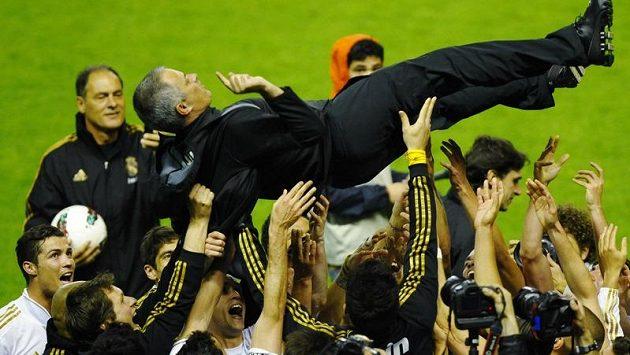 Kouč Realu Jose Mourinho lítá nad hlavami hráčů.
