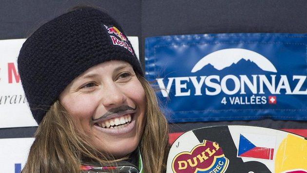 Snowboardcrossařka Eva Samková oslavuje na pódiu své třetí místo v závodu SP ve švýcarském Veysonnaz