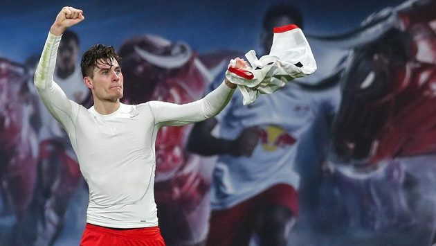 Triumfální gesto českého útočníka Patrika Schicka během utkání s Augsburgem.