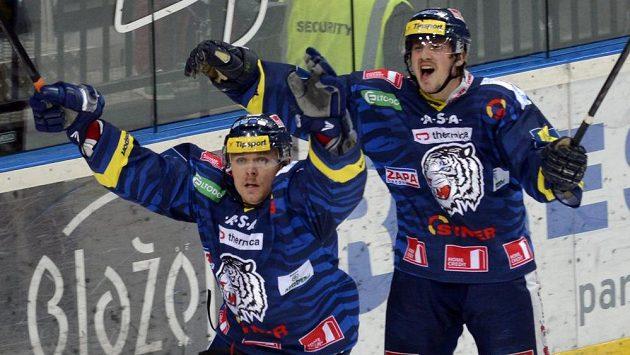 Martin Bartek z Liberce (vlevo) se raduje z druhého gólu proti Slavii. Vpravo jeho spoluhráč Tomáš Voráček.