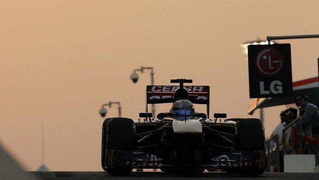 Vůz Toro Rosso řízený Jeanem-Erikem Vergnem při tréninku na Velkou cenu Abú Zabí.