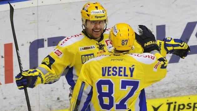Zlínští útočníci Marek Melenovský (vlevo) a Ondřej Veselý se radují z gólu.