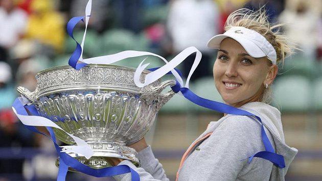 Ruská tenistka Jelena Vesninová s trofejí pro vítězku turnaje v Eastbourne.