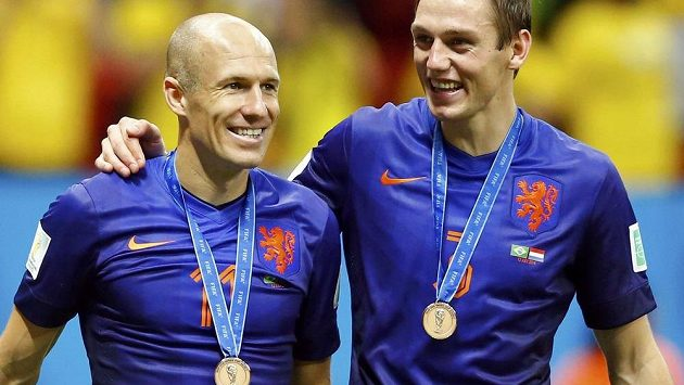 Arjen Robben (vlevo) s bronzovou medailí z MS. Po výhře nad Brazílií zářil štěstím a slavil v doprovodu Stefana de Vrije.