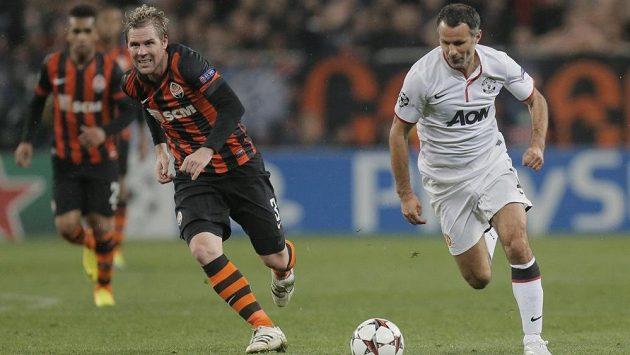 Tomáš Hübschman ze Šachtaru Doněck stíhá Ryana Giggse z Manchesteru United (vpravo) v utkání Ligy mistrů.