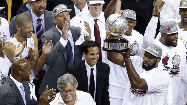 Basketbalisté Miami se radují s trofejí pro vítěze Východní konference v letošním play-off NBA.