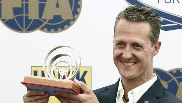 Michael Schumacher se Zlatým volantem v době, kdy navštívil Prahu.
