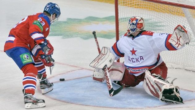 Slovenský gólman v dresu CSKA v akci. Rastislav Staňa takto likviduje šanci krajana Luboše Bartečka ze Lva Praha.