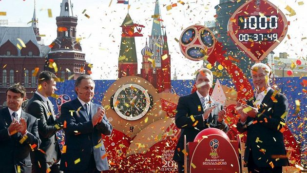 Ruští sportovní funkcionáři a brankář tamní fotbalové reprezentace Igor Akinfejev (druhý zleva) při slavnostním ceremoniálu v Moskvě.