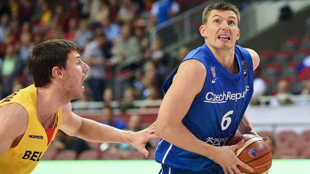 Český basketbalista Pavel Pumprla (vpravo) během zápasu s Belgií.