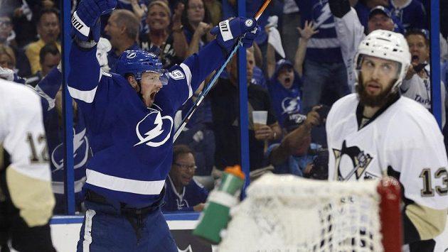 Obránce Tampy Andrej Šustr (62) slaví svůj premiérový gól v letošním play off NHL.