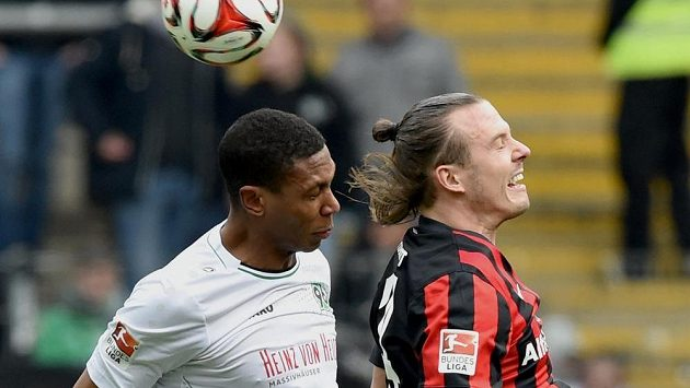 Alex Meier (vpravo) z Eintrachtu Frankfurt v souboji s Marcelem z Hanhoveru během bundeligového utkání na začátku dubna.