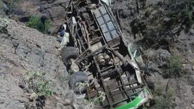 Zničený autobus po pádu do propasti.