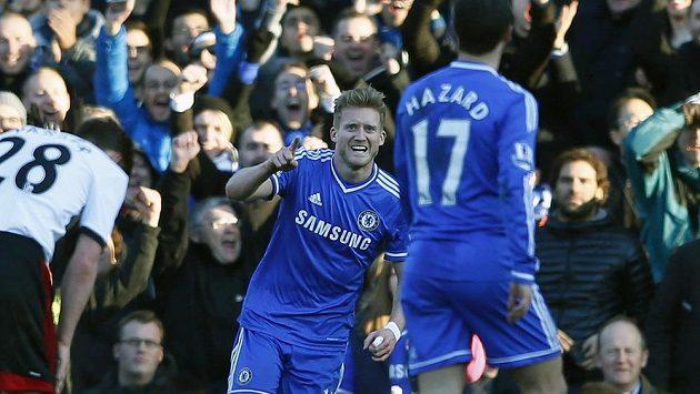Útočník Chelsea André Schürrle se raduje z jedné ze svých tří branek na hřišti Fulhamu.