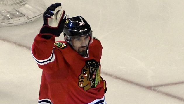 Obránce Chicaga Blackhawks Michal Rozsíval slaví gól v utkání NHL proti týmu Arizona Coyotes.
