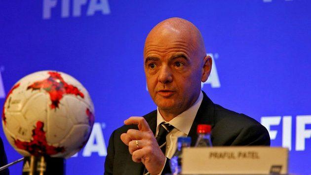 Šéf FIFA Gianni Infantino na tiskové konferenci v Kalkatě.