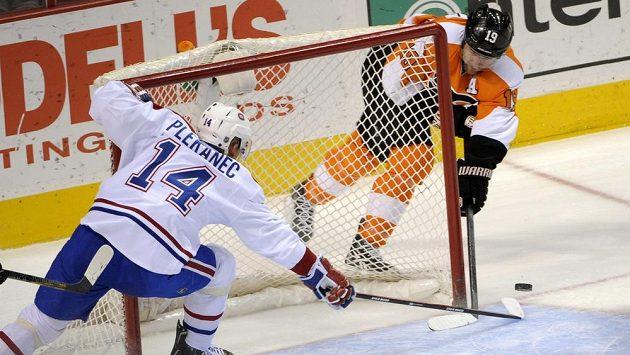 Tomáš Plekanec z Montrealu zabraňuje Scottu Hartnellovi z Philadelphie ve vstřelení branky.
