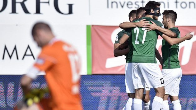 Fotbalisté Jablonce se radují z gólu, vpředu je překonaný brankář Zlína Stanislav Dostál.