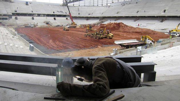 Rozestavěný stadion v Curitibě, který by měl hostit některé zápasy fotbalového MS v Brazílii.