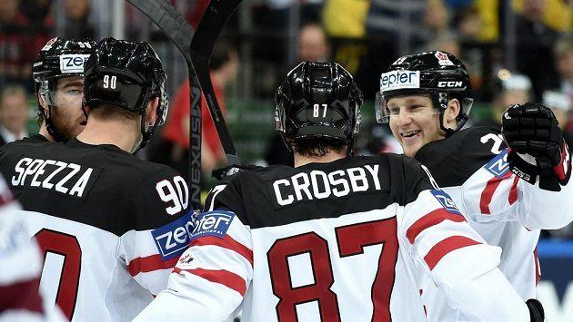 Hokejisté Kanady oslavují třetí gól proti Lotyšsku.