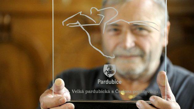 Architekt, pardubický radní a autor plastiky Milan Košař představil novou cenu pro vítěze dostihové Velké pardubické.