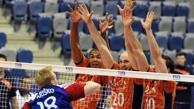 Český volejbalista Michal Kriško smečuje přes nizozemský trojblok ve složení Nimir Abdel-Aziz (zcela vlevo), Jasper Diefenbach (uprostřed) a Jeroen Rauwerdink.