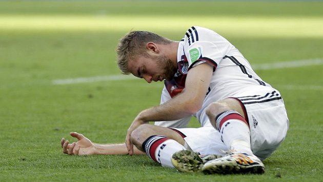 Christoph Kramer se svíjí v bolestech - z tvrdého střetu s argentinským stoperem Garayem si odnesl otřesem mozku.