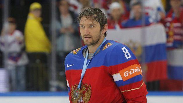 Alexander Ovečkin s bronzovou medailí z MS v Rusku.