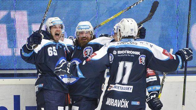 Radost plzeňských hokejistů z gólu proti Litvínovu.