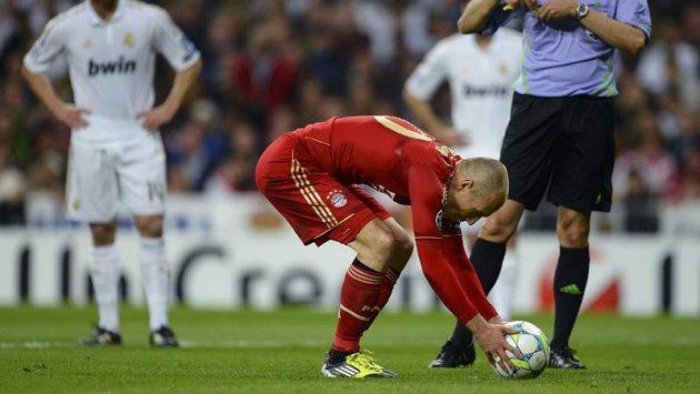 Fotbalista Bayernu Mnichov Arjen Robben si staví míč k pokutovému kopu v odvetě semifinále Ligy mistrů.