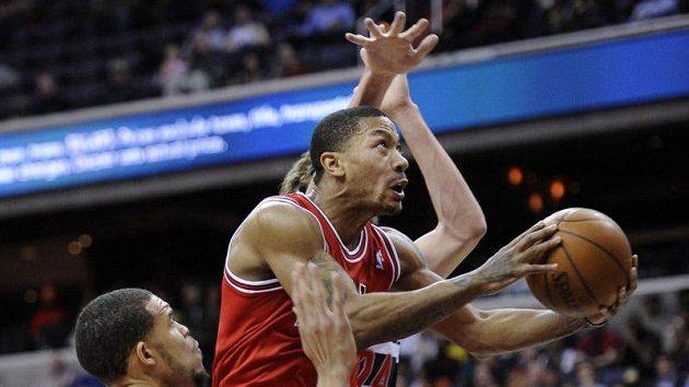Basketbalisté Washingtonu se snaží ubránit Derricka Rose z Chicaga.