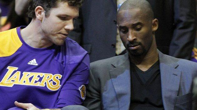 Kobe Bryant si poranil zápěstí a přípravné utkání proseděl na lavičce.