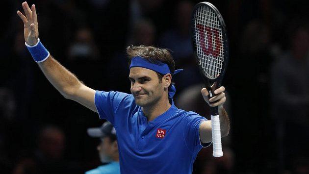 ad65b04acc1 Roger Federer slaví vítězství nad Dominicem Thiemem
