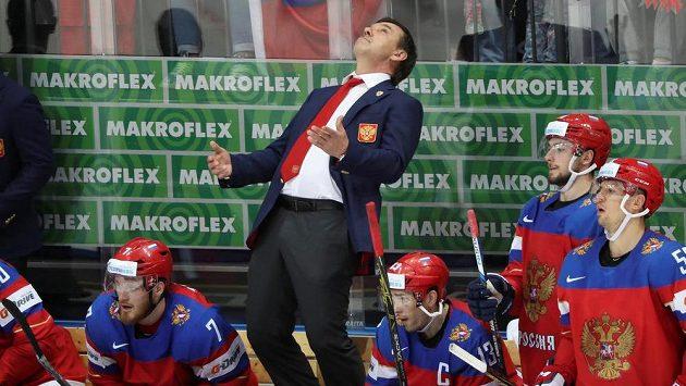 Kouč ruské hokejové reprezentace Oleg Znarok během zápasu s Čechy.