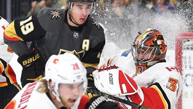 Brankář Calgary Flames David Rittich si připisuje jeden z úspěšných zákroků v souboji s Vegas Golden Knights.