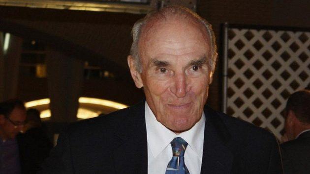 Harry Howell na archivním snímku.